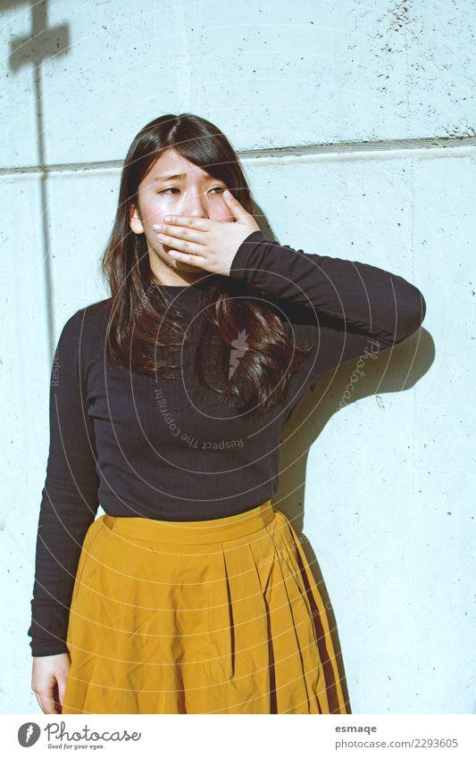 Frau Jugendliche Junge Frau schön Einsamkeit Erwachsene Lifestyle Stil Mode Design elegant Kommunizieren einzigartig Schutz Todesangst Platzangst