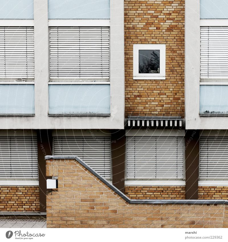 Hausfassade blau weiß Fenster Wand Mauer braun geschlossen Fassade Treppe Autofenster trist Backstein Textfreiraum graphisch Rollladen