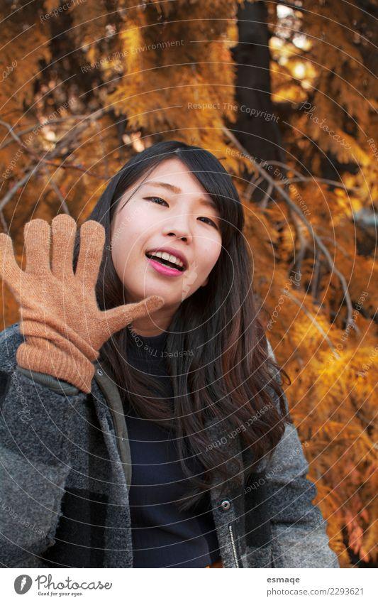 Asiatische junge Frau lächelnd mit Handschuhen im Herbst Lifestyle Freude schön Gesundheitswesen Wellness Leben Ferien & Urlaub & Reisen Tourismus Abenteuer