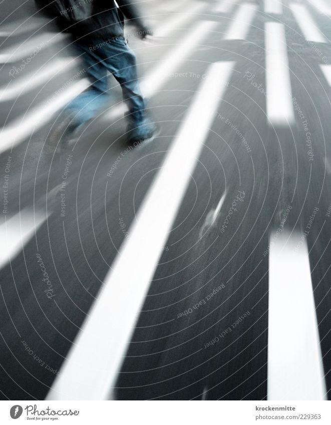 zielstrebig Mensch Mann Jugendliche blau weiß Erwachsene Straße grau Beine Linie laufen Schilder & Markierungen maskulin rennen Geschwindigkeit Streifen