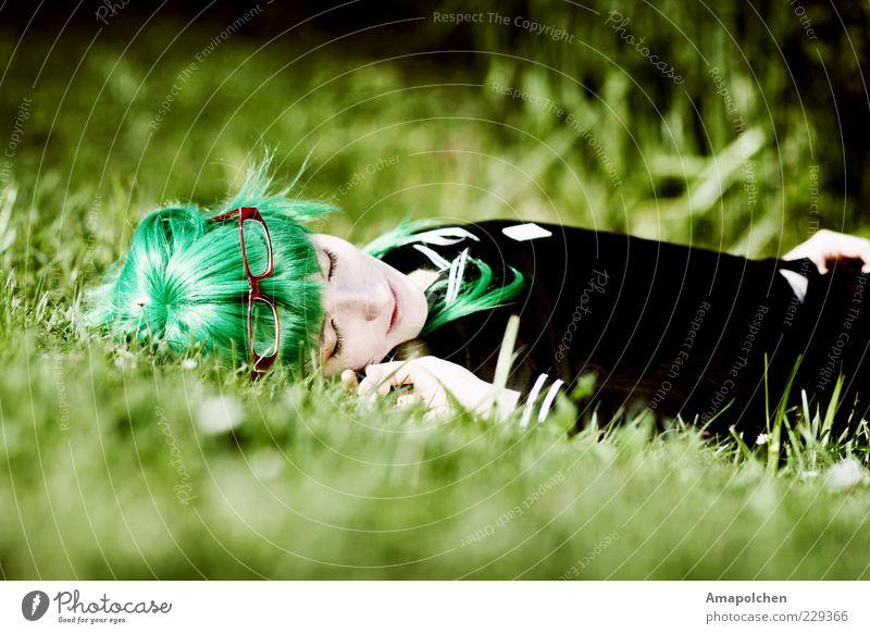 ::11-8:: Mensch Jugendliche schön grün Junge Frau Erholung ruhig Freude Leben feminin Gras Haare & Frisuren Glück liegen Zufriedenheit Design