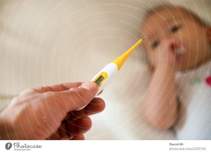 Gesundheit | bei Baby mit dem Fieberthermometer Temperatur Krankheit Gefahr Angst Gesundheitswesen ablesen unsicher ängstlich Anzeige Coronavirus Virus Grippe