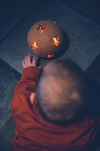 Eine spannende Zeit Kind Mensch Weihnachten & Advent schön Hand Freude dunkel Wärme Leben Kunst Spielen Wohnung leuchten elegant Kindheit Fröhlichkeit