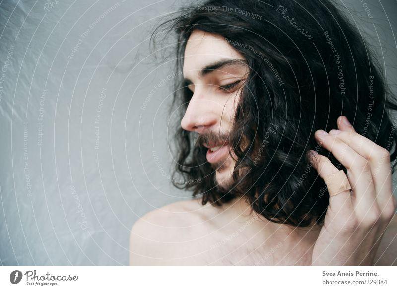 so süß. maskulin Haare & Frisuren Gesicht 1 Mensch 18-30 Jahre Jugendliche Erwachsene schwarzhaarig brünett langhaarig Locken Bart Oberlippenbart Blick