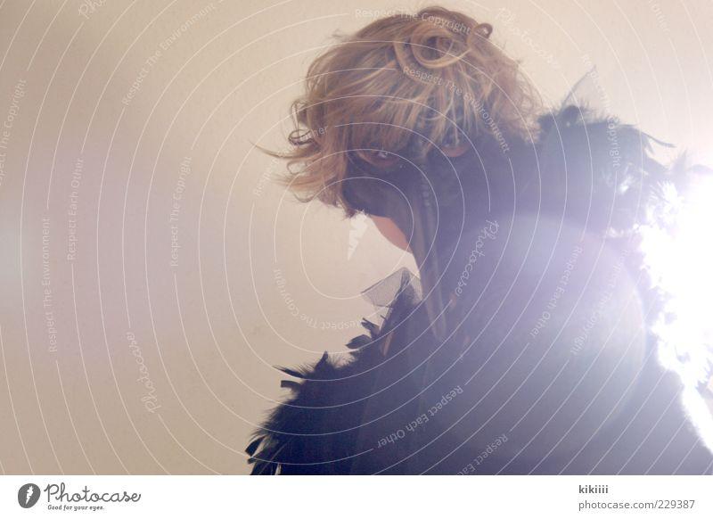 Maskenball Frau Mensch schwarz Erwachsene feminin dunkel träumen Beleuchtung blond elegant leuchten Feder Spitze 18-30 Jahre Theaterschauspiel