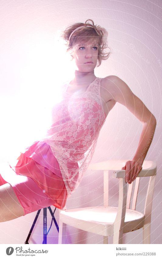 Rosa feminin Arme 1 Mensch 18-30 Jahre Jugendliche Erwachsene Rock blond Locken Leichtigkeit Stuhl abstützen rosa weiß Blick kindlich süß leuchten Farbfoto