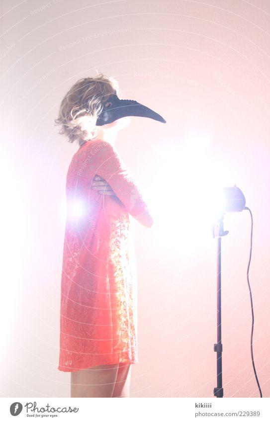Fabelwesen bizarr Erholung Maske Kostüm orange rosa schwarz blenden stehen genießen Frau blond Spitze Schnabel Farbfoto Innenaufnahme Blitzlichtaufnahme
