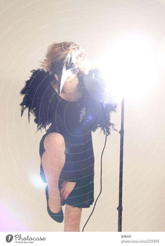 Abraxas bizarr Maske Kostüm Schnabel Spitze Schuhe schwarz scheinend Fabelwesen Feder mystisch Farbfoto Blitzlichtaufnahme Gegenlicht Körperhaltung