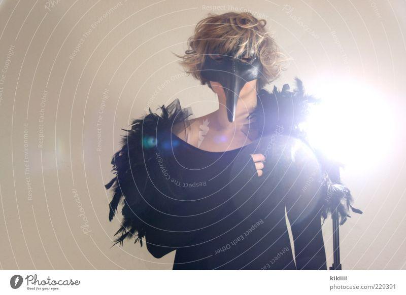 Rabe bizarr schwarz Feder Maske Kostüm Schnabel Spitze blond Frau Zwinkern scheinend Erholung Farbfoto Blitzlichtaufnahme Gegenlicht geschlossene Augen