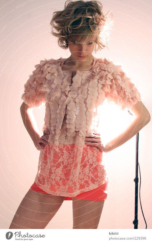 Lena Rock Stoff blond Locken ästhetisch schön rosa Pastellton Model Leichtigkeit orange zurückhalten Farbfoto Blitzlichtaufnahme Gegenlicht Blick nach unten