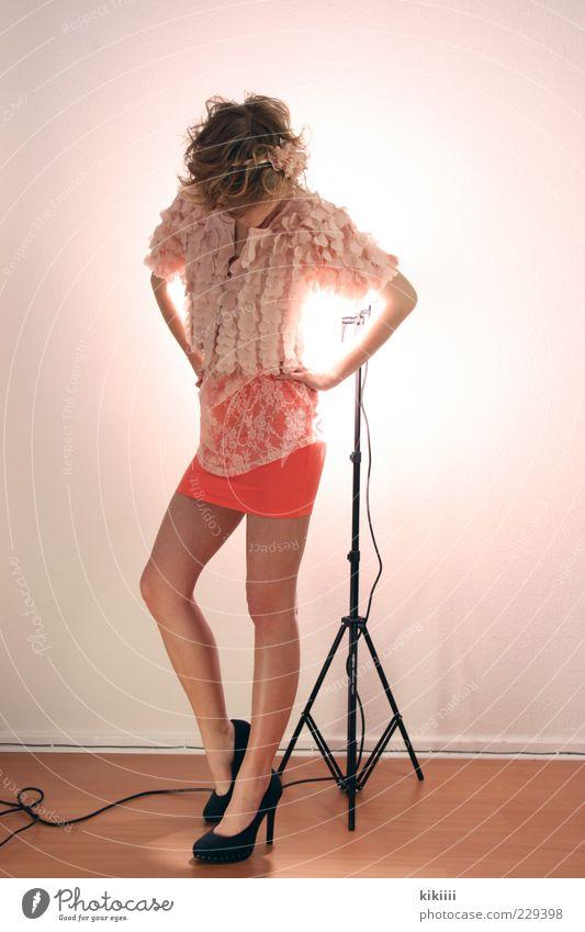 Schwarz Mode Rock Stoff Damenschuhe blond Locken ästhetisch Leichtigkeit schön rosa Pastellton stehen Gerät Boden Model Desinteresse Farbfoto Blitzlichtaufnahme