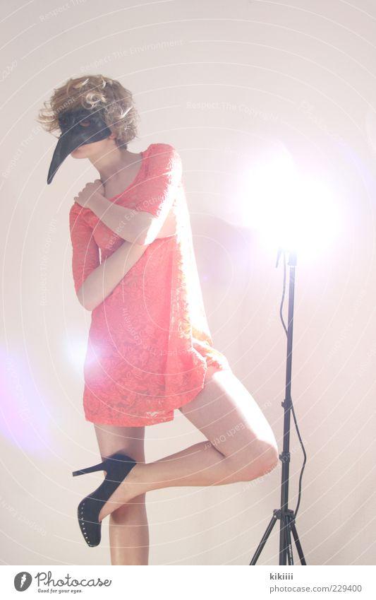 Fabelwesen Frau schön schwarz Beine Mode Vogel blond rosa ästhetisch außergewöhnlich Kleid Maske Locken bizarr Schnabel Junge Frau