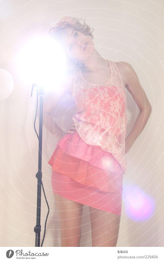 Spotlight Frau schön Mode Zufriedenheit Orange blond warten stehen Stoff Körperhaltung Model Kitsch Rock Locken trashig genießen