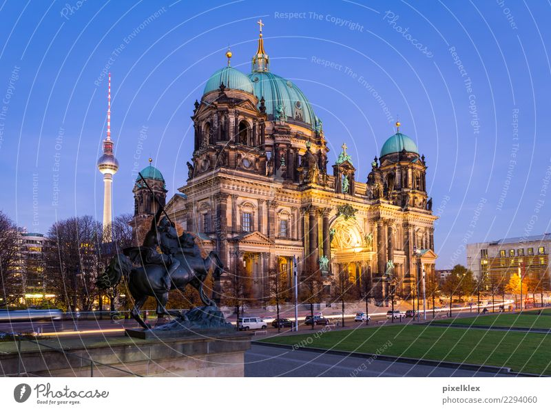Berliner Dom bei Nacht alt Stadt Straße Architektur Religion & Glaube Gebäude Deutschland Kirche Europa Platz historisch Turm Sehenswürdigkeit Bauwerk