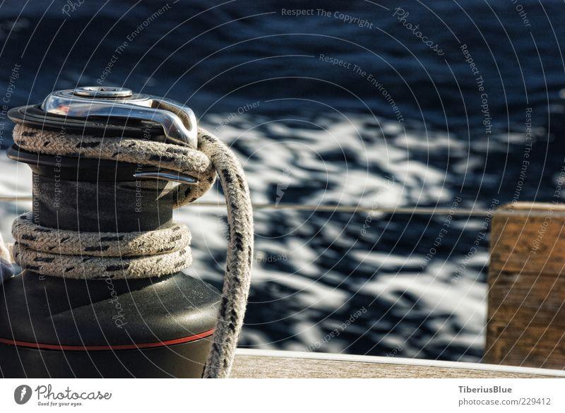 Die Winch und das Meer Segeln Wasser Jacht Segelboot fahren blau Zufriedenheit Freiheit Farbfoto Außenaufnahme Menschenleer Unschärfe Bewegungsunschärfe Seil