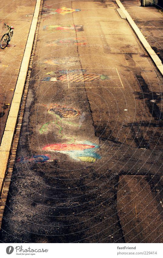Straßenkunst Kunst Gemälde Jugendkultur Menschenleer dreckig Straßenrand Bordsteinkante Kreide mehrfarbig Streetlife Farbfoto Außenaufnahme Sonnenlicht