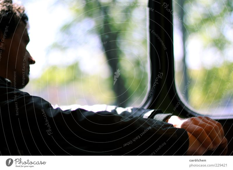 Einsamkeit // allein in seinen Gedanken Mensch maskulin Mann Erwachsene 30-45 Jahre 45-60 Jahre Verkehrsmittel Busfahren Fernweh nachdenklich Denken Fenster