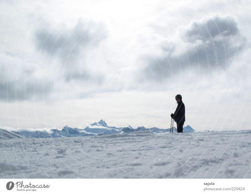 einsamkeit // skifahrer Wintersport Sportler Skifahren Skipiste Umwelt Natur Landschaft Urelemente Himmel Wolken Schnee Blick stehen warten weiß Tourismus