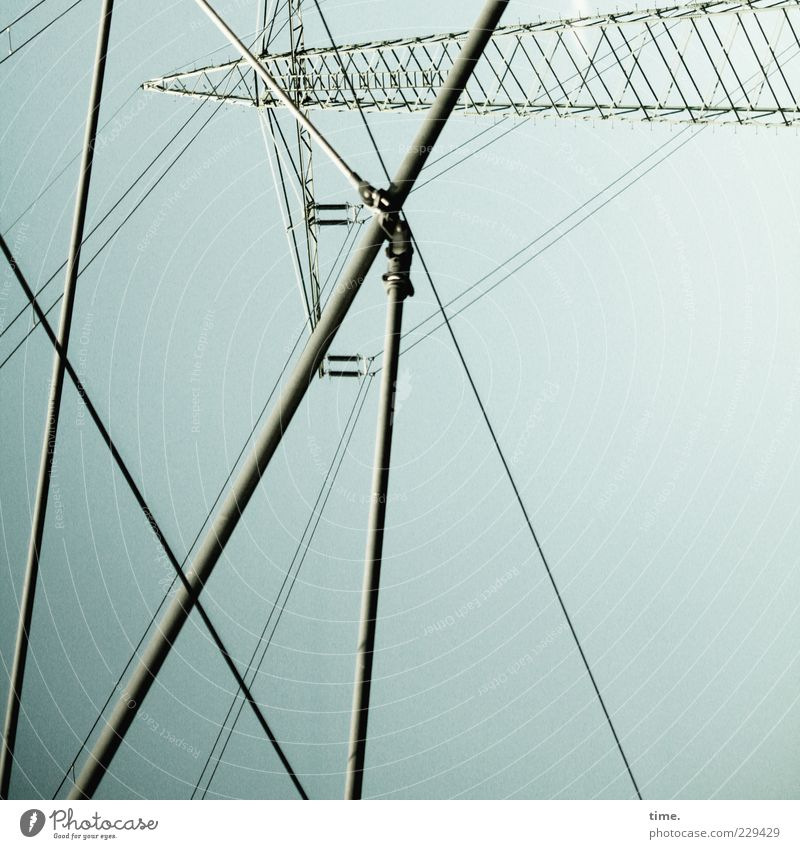 On Air Himmel grün Metall Ordnung Energie Energiewirtschaft verrückt Elektrizität Perspektive Kabel Netzwerk Metallwaren Stahlkabel Strommast durcheinander