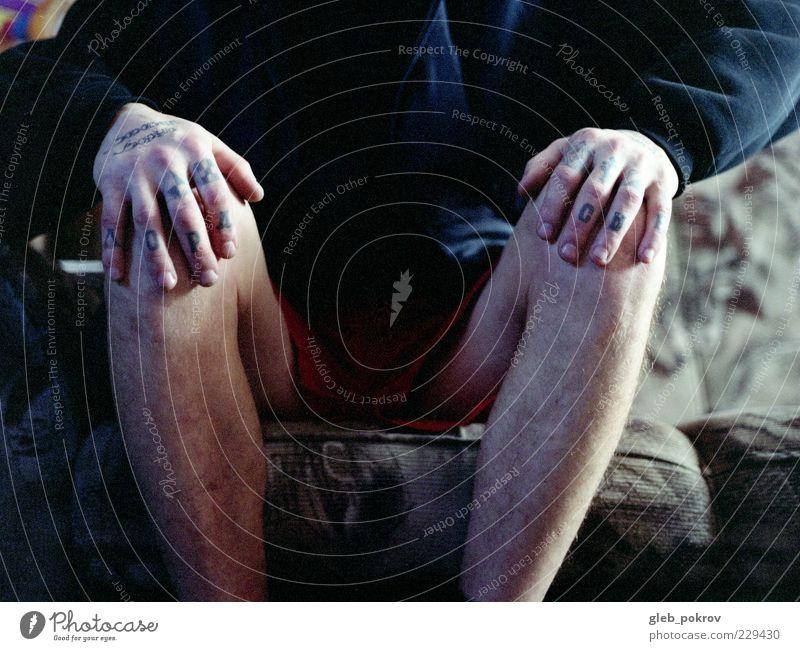 Mensch Mann blau Hand rot Erwachsene Leben Beine sitzen Haut Finger Bekleidung 18-30 Jahre Tattoo Russland Stolz