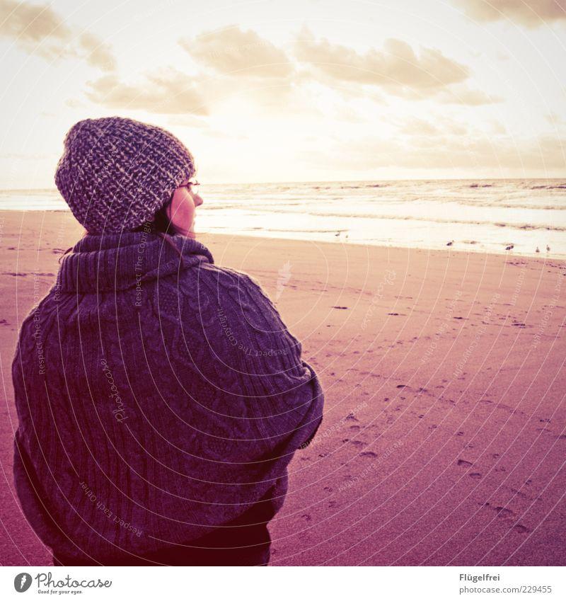 Über den Horizont feminin Junge Frau Jugendliche 1 Mensch Blick Meer Ferne altehrwürdig Strand Ferien & Urlaub & Reisen Himmel Wolken Einsamkeit Mütze kalt