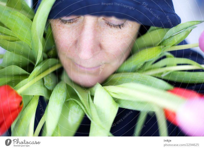 ein TulpenKragenBild Frau Mensch schön Blume Erholung ruhig Gesicht Erwachsene Leben Lifestyle Gesundheit Gefühle Stil Stimmung Freizeit & Hobby frisch