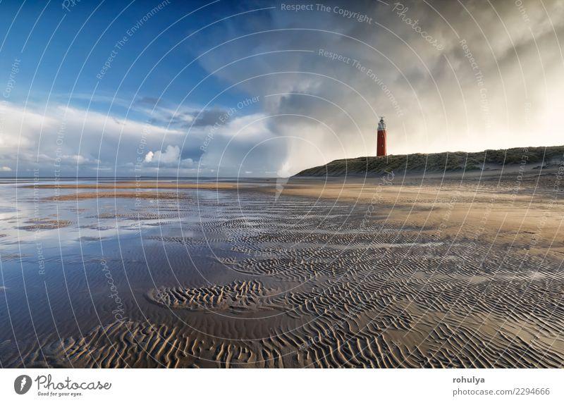 schöner stürmischer Himmel über Nordseebuche und -leuchtturm Meer Insel Natur Landschaft Sand Wolken Horizont Wetter Unwetter Wellen Küste Leuchtturm blau rot