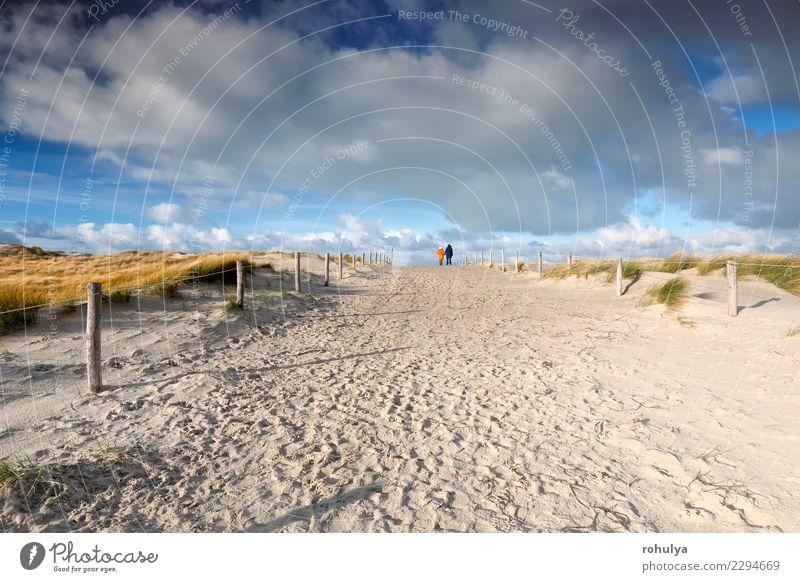 Leute gehen auf Sandweg und schönen blauen Himmel Ferien & Urlaub & Reisen Paar Natur Landschaft Wolken Schönes Wetter Küste Strand Nordsee Wege & Pfade Holz