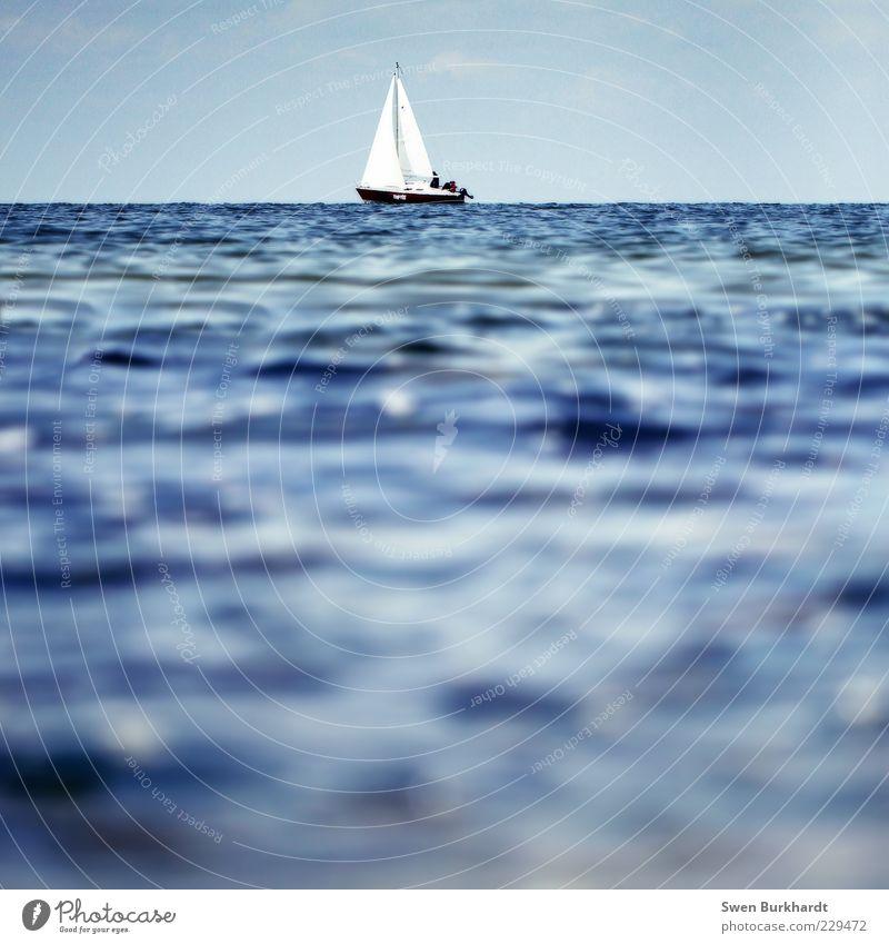 out of reach Himmel Wasser blau Meer Sommer Ferne Erholung Sport Umwelt Wasserfahrzeug Wellen Horizont Urelemente Gelassenheit Schönes Wetter Segeln