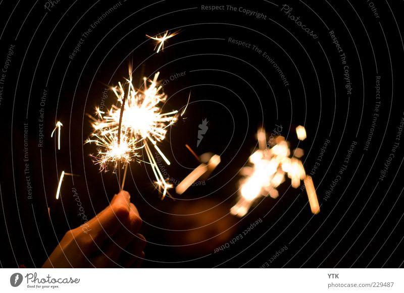 Sparks in your Hand Hand Freude schwarz dunkel Bewegung Feste & Feiern gold glänzend Fröhlichkeit ästhetisch leuchten festhalten Silvester u. Neujahr fantastisch brennen Funken