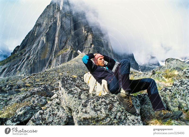 Rucksacktourist ruht sich aus. Abenteuer Berge u. Gebirge wandern Sport Klettern Bergsteigen 1 Mensch 30-45 Jahre Erwachsene Gipfel sitzen sportlich Tapferkeit
