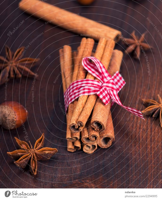 braune Zimtstangen Lebensmittel Kräuter & Gewürze Dekoration & Verzierung Tisch Holz dunkel natürlich Hintergrund rustikal Zutaten Stern aromatisch kleben Anis