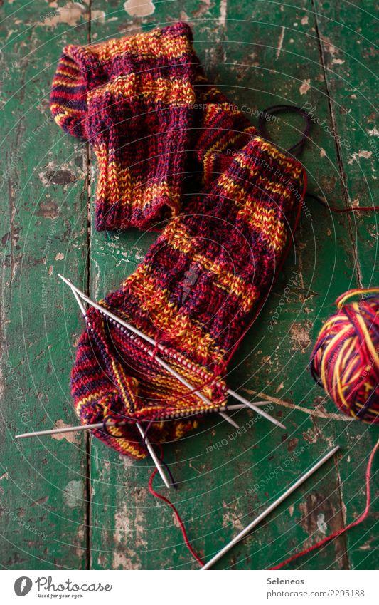 Erbeer-Bananen-Socken Wohlgefühl Zufriedenheit Sinnesorgane Erholung ruhig Meditation Handarbeit stricken Wärme weich Wolle Wollknäuel Wollsocke Stricknadel