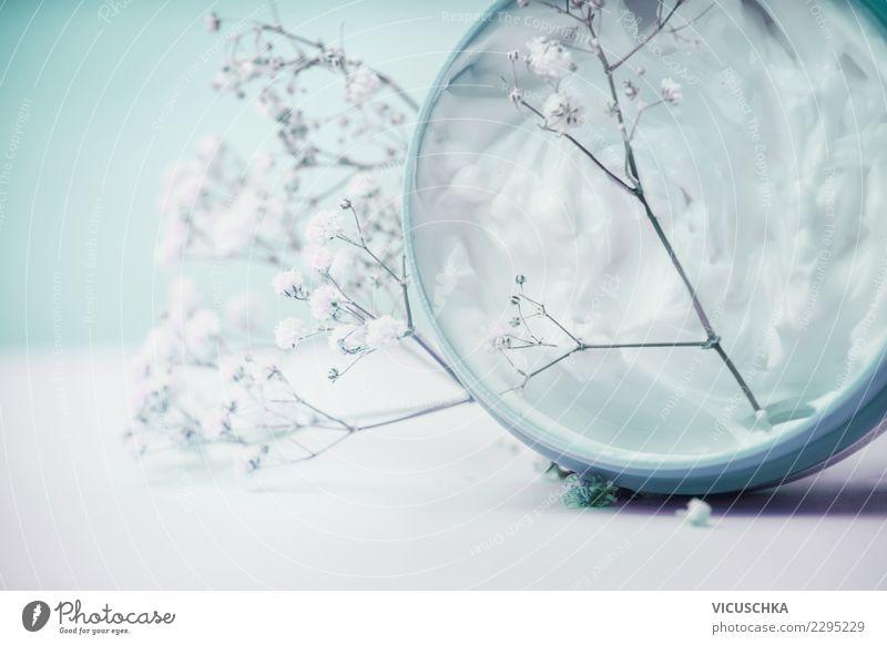 Naturkosmetik, Hautcreme mit Blumen kaufen Stil Design schön Körperpflege Kosmetik Creme Gesundheit Wellness Spa Pastellton Beautyfotografie Farbfoto