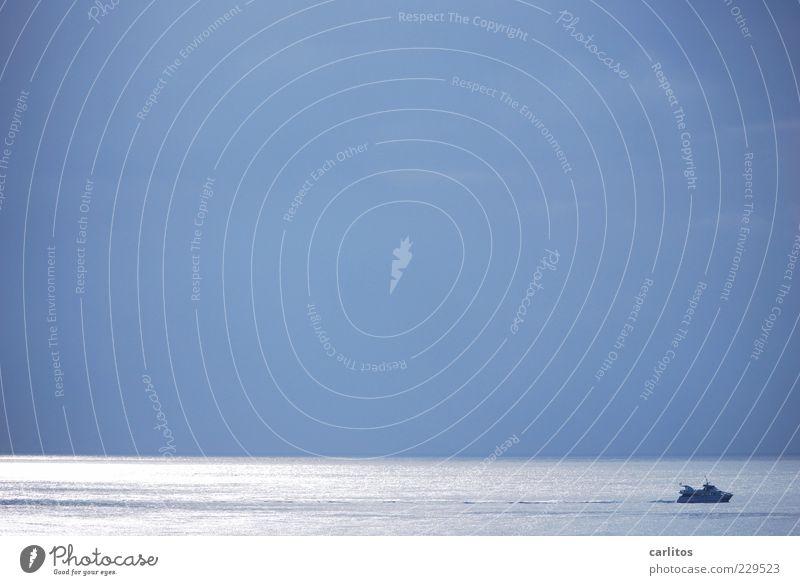 Blau machen Urelemente Wasser Wolkenloser Himmel Sommer Schönes Wetter Schifffahrt Bootsfahrt glänzend ästhetisch Unendlichkeit blau Bewegung Einsamkeit
