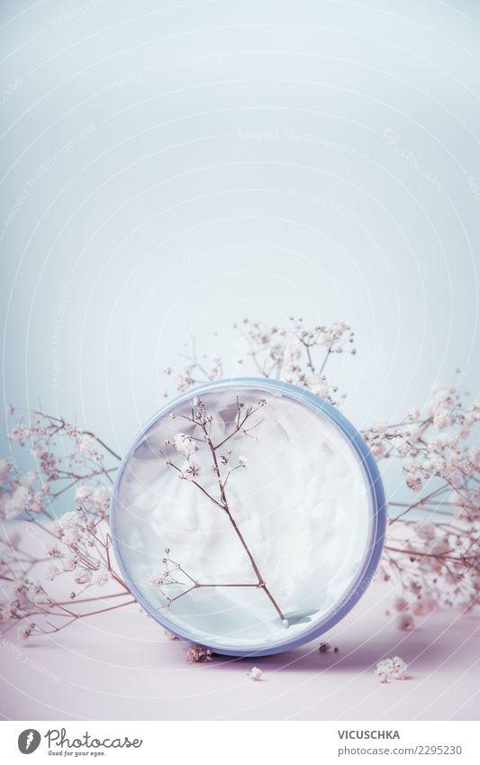 Kosmetik Cream mit Blumen Stil Design schön Körperpflege Creme Gesundheit Wellness Spa Hintergrundbild Hautcreme Hautpflege Pastellton Farbfoto Innenaufnahme