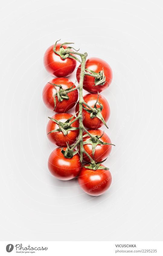Rotee Kirschtomaten auf Weiß Gesunde Ernährung Stil Lebensmittel Design Gemüse Bioprodukte Diät Vegetarische Ernährung Tomate Bündel Vor hellem Hintergrund