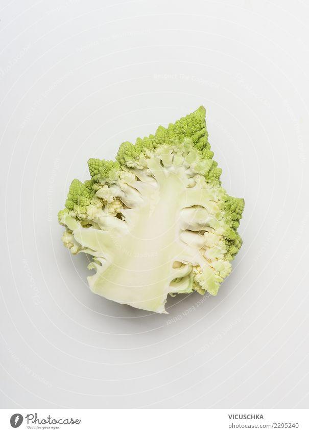 Romanesco Lebensmittel Gemüse Stil Design Gesundheit Gesunde Ernährung Brokkoli Vitamin Hälfte Vor hellem Hintergrund Foodfotografie Zutaten Diät Farbfoto
