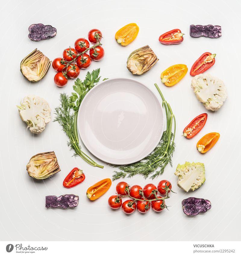 Bunte Salat Gemüse um leere Platte Lebensmittel Salatbeilage Ernährung Mittagessen Bioprodukte Vegetarische Ernährung Diät Teller Stil Design Gesunde Ernährung