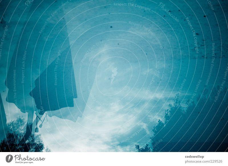 schirmreflektorantenne Wasser kalt blau ruhig Sonnenschirm Himmel Doppelbelichtung Farbfoto Außenaufnahme Menschenleer Textfreiraum rechts Textfreiraum unten