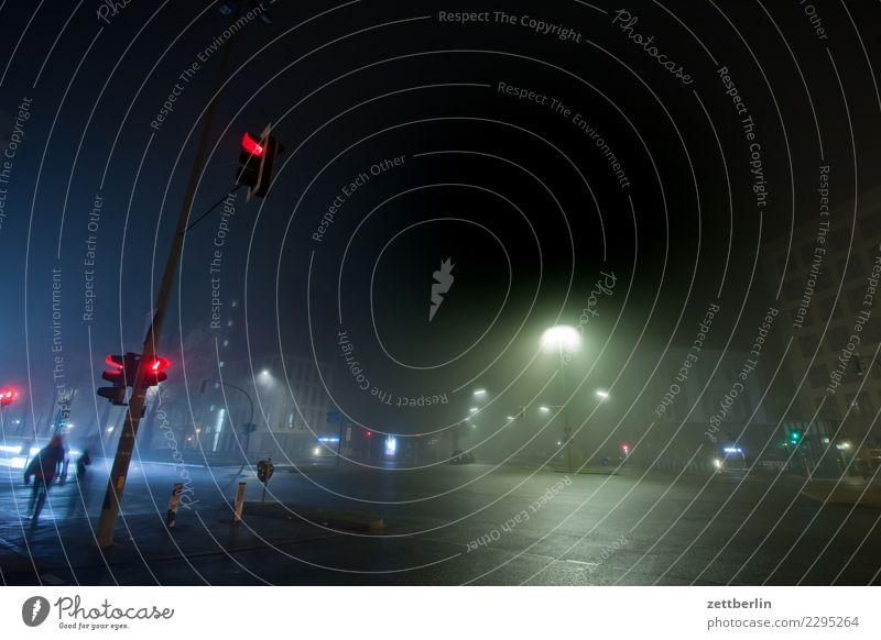 Kleistpark Stadt dunkel Berlin Stadtleben Textfreiraum Angst Verkehr Nebel gefährlich bedrohlich Straßenbeleuchtung Risiko Laterne Dunst Ampel Straßenverkehr