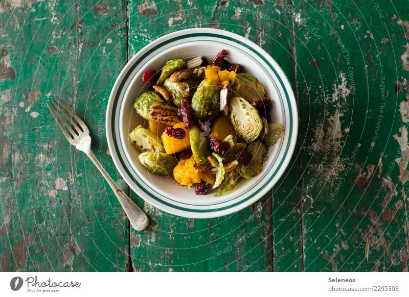 Rosenkohlsalat Lebensmittel Gemüse Salat Salatbeilage Butternuss Kürbis Preiselbeeren Pekannuss Nuss Ernährung Essen Mittagessen Abendessen Bioprodukte