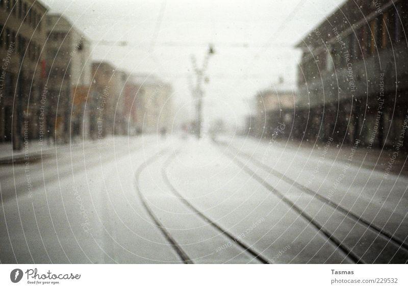 Silent Snow Winter Einsamkeit Schnee Schneefall Wetter Fassade Gleise Unwetter genießen Bahnhof Begeisterung Stadt schlechtes Wetter Oberleitung Kleinstadt Häuserzeile