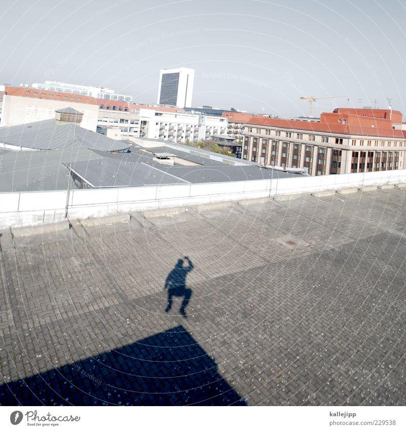 ich glaub es hackt Mensch maskulin Mann Erwachsene 1 Stadt Dach springen Le Parkour Parkhaus Parkdeck Berlin Hochhaus Farbfoto Außenaufnahme Licht Schatten