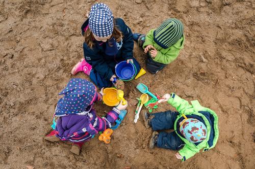 Sandkastenfreunde Kind Mensch Jugendliche Junge Frau schön Freude Mädchen Familie & Verwandtschaft Glück Spielen Freundschaft Freizeit & Hobby Zufriedenheit