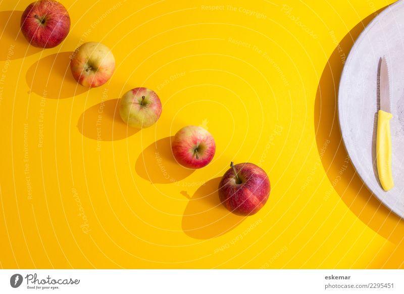 Äpfel Lebensmittel Frucht Apfel Ernährung Bioprodukte Vegetarische Ernährung Messer ästhetisch frisch Gesundheit lecker modern oben saftig süß viele gelb grau