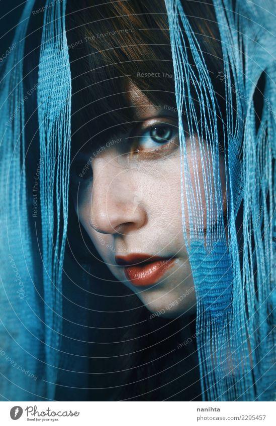 Portrait einer mysteriösen und jungen Frau Mensch Jugendliche Junge Frau blau schön weiß 18-30 Jahre schwarz Gesicht Erwachsene feminin Stil elegant Kreativität