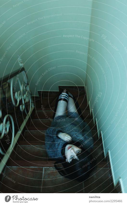 Junge, gruselige Frau, die über einer Treppe liegt. Haus Innenarchitektur Mensch feminin Junge Frau Jugendliche Erwachsene 1 18-30 Jahre Pullover Strümpfe