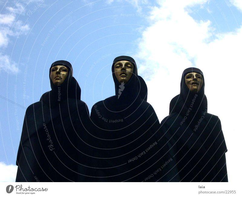 three of them Himmel blau schwarz feminin Kunst gold Maske Theaterschauspiel Skulptur Ausstellung