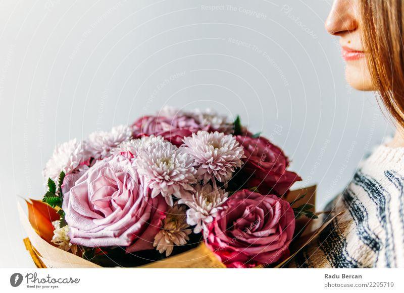 Schönes Mädchen und lila Rosen Blumenstrauß Geschenk Lifestyle elegant Freude schön Feste & Feiern Geburtstag Mensch feminin Junge Frau Jugendliche Erwachsene 1